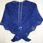 mavi ajurlu broşlu şal modeli
