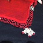 kırmızı beyaz çiçekli mekik oyası