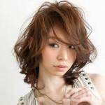 kestane orta boy katlı kesim saç modeli