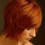 bakır kızılı kısa katlı saç modeli