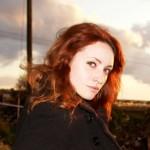 bakır kızılı kıvırcık saç modeli
