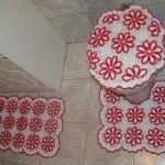 kırmızı beyaz çiçek motifli tığ işi klozet takımı