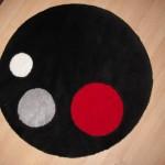 kırmızı gri beyaz puanlı siyah yuvarlak halı
