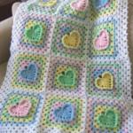 kalp desenli tığ işi bebek battaniyesi