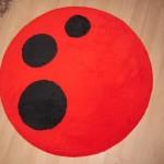 siyah puanlı kırmızı yuvarlak halı