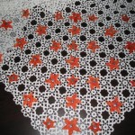 kurdele çiçeklerle süslenmiş motifli masa örtüsü